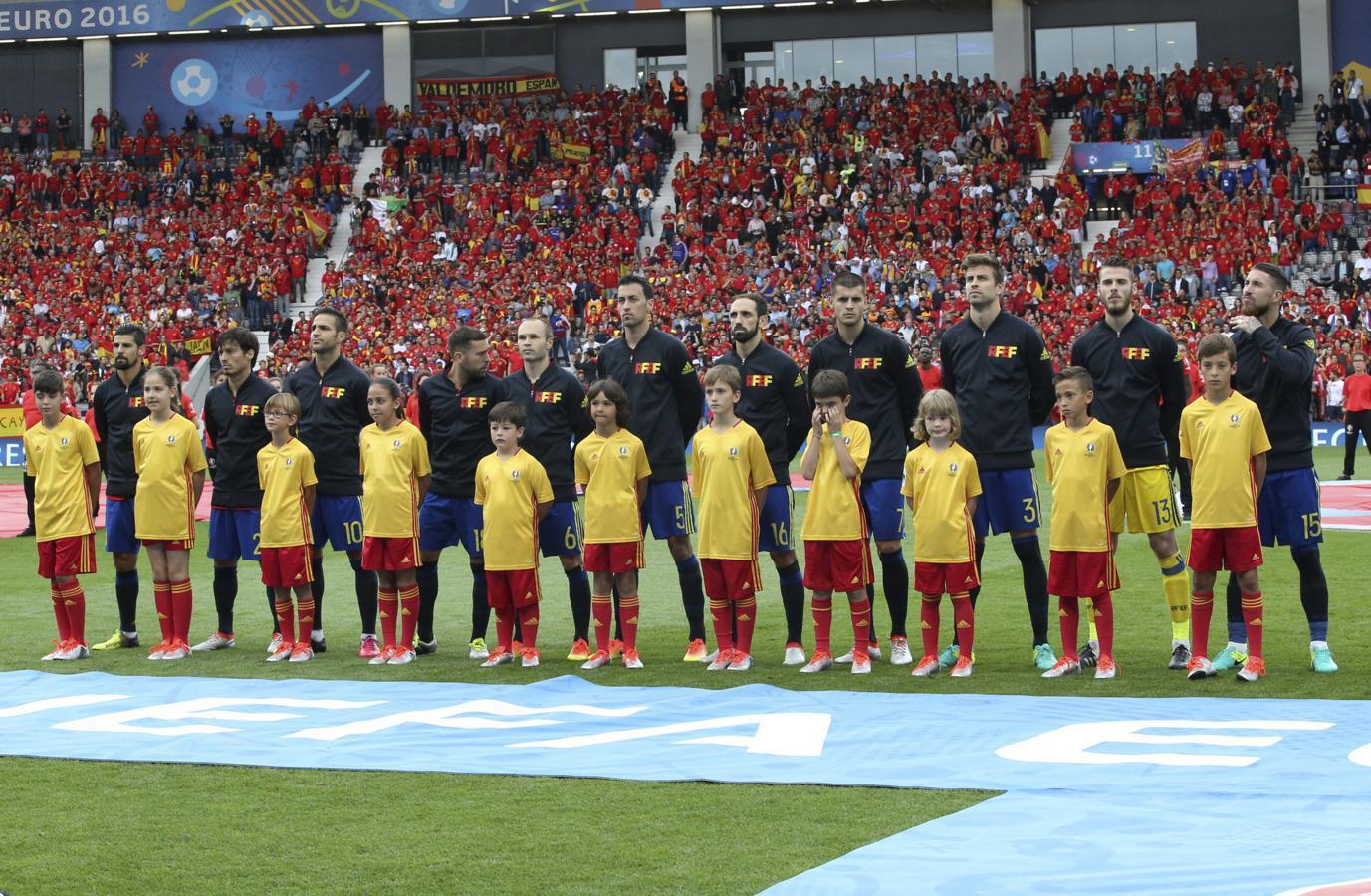 De izquierda a derecha: Sergio, Nerea, Pau, Marta, Eder, Yago, Íñigo, Alejandro, Ariadna, Jose y Javier escuchan junto a nuestros internacionales el himno español