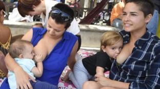 «Tetada» pública en Alcalá de Henares en defensa de la lactancia materna