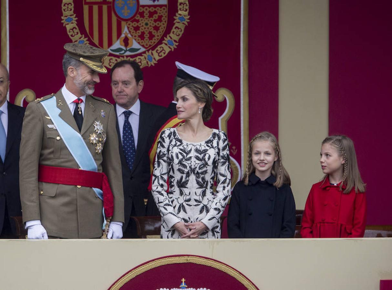 El año pasado, la Reina optó por un abrigo vestido en tweed blanco roto, bordado a mano en cristal de georgette negro que le quedaba como un guante