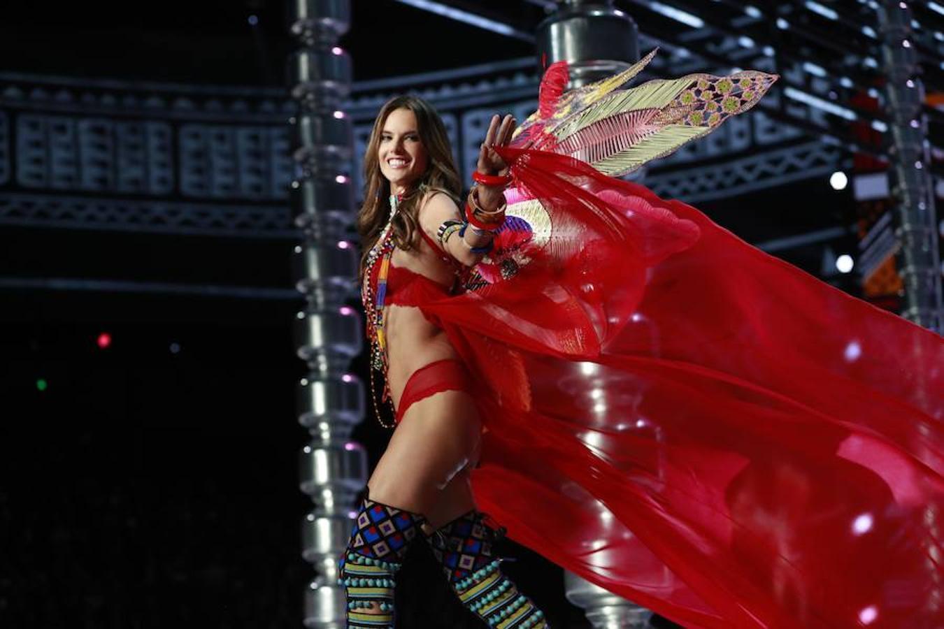 El brillo del medio centenar de famosas modelos que se transformaron hoy en los ángeles de Victoria's Secret en su famoso desfile anual