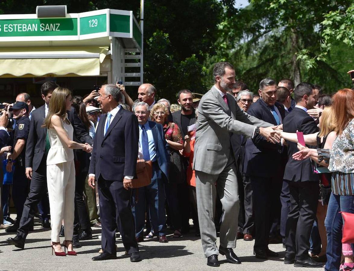 Don Felipe saluda al público durante su visita a la Feria del Libro