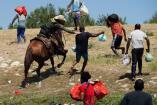 En imágenes: la guardia fronteriza de Estados Unidos persigue a caballo a miles de migrantes para evitar que entren al país