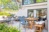 3. Zona del jardín con muebles de madera