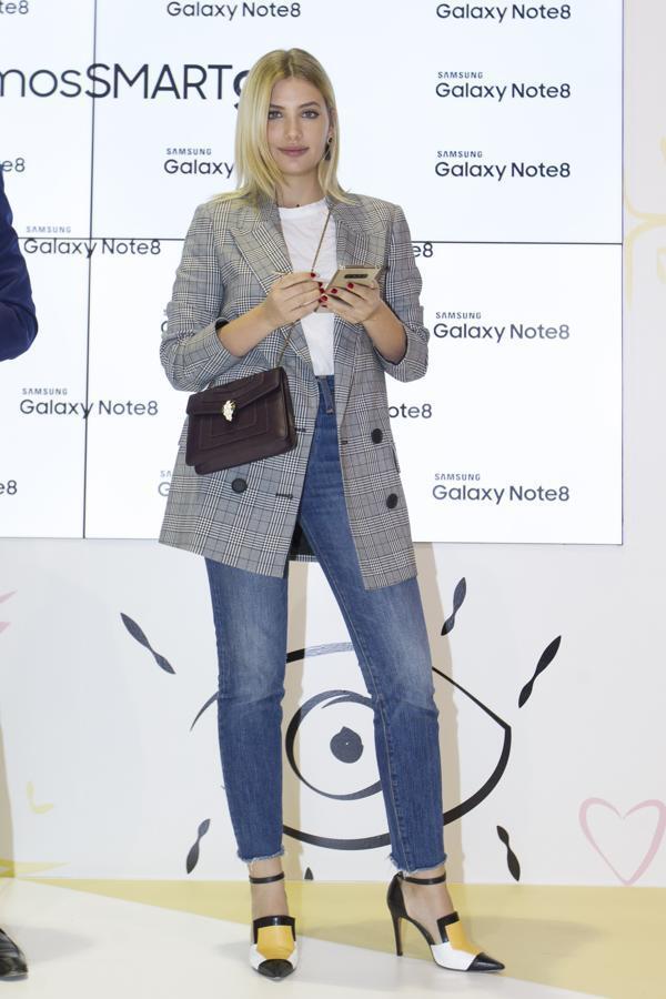 La actriz Miriam Giovanelli no se ha podido resistir y lució esta americana en el marco de la Semana de la Moda de Madrid